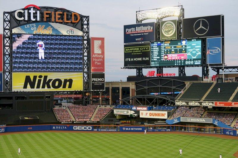 美國職棒大聯盟在新型冠狀病毒疫情期間開賽,紐約大都會吉祥物「大都會先生」照常上班,在空曠的外野觀眾席觀賽。圖為花旗球場7月30日景象。