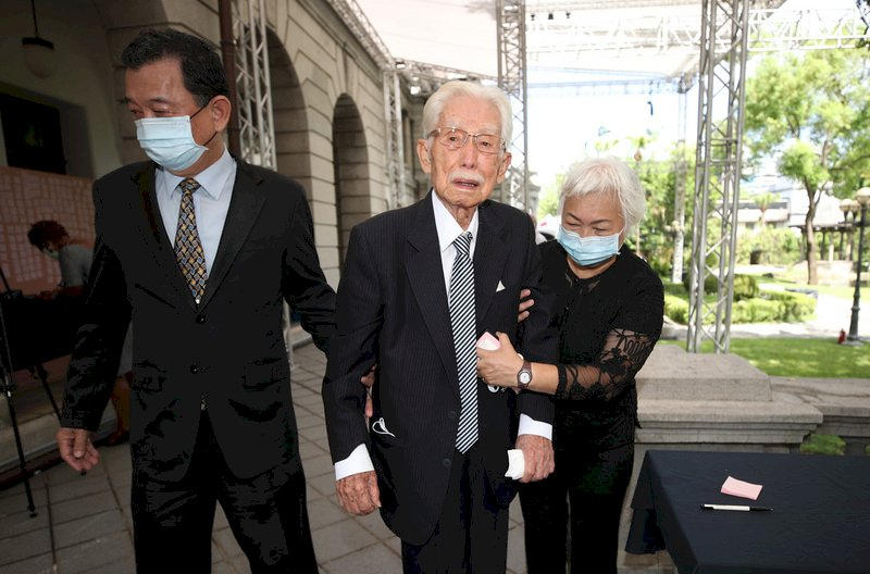 前總統李登輝辭世,台灣制憲基金會董事長辜寬敏(中)5日上午前往台北賓館追思會場緬懷敬悼。