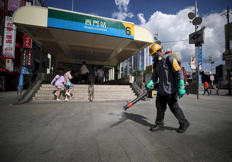 國內武漢肺炎疫情微幅升溫,台北市環保局因應疫情,固定在各地區商圈派員加強消毒,6日下午環保局人員在西門捷運站外噴灑消毒水。