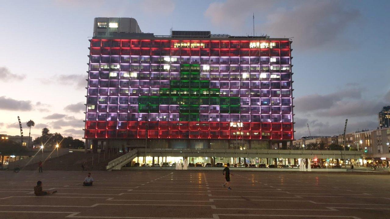 因大爆炸擱置敵我 特拉維夫市政廳秀黎巴嫩國旗