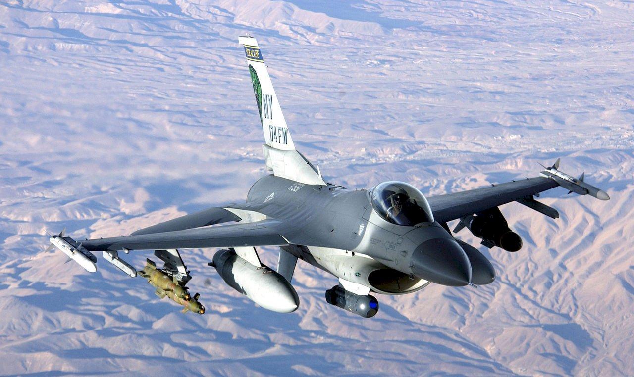 虛擬對決 美實驗AI與F-16飛官空戰纏鬥