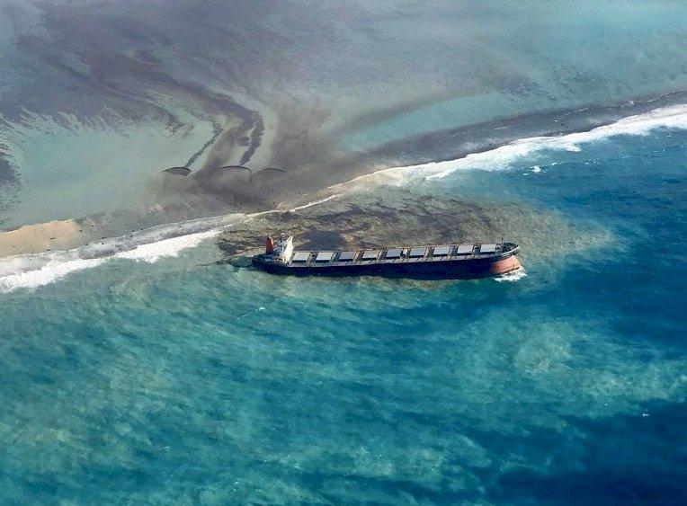 貨輪擱淺恐斷裂 模里西斯忙清運燃油防二度污染