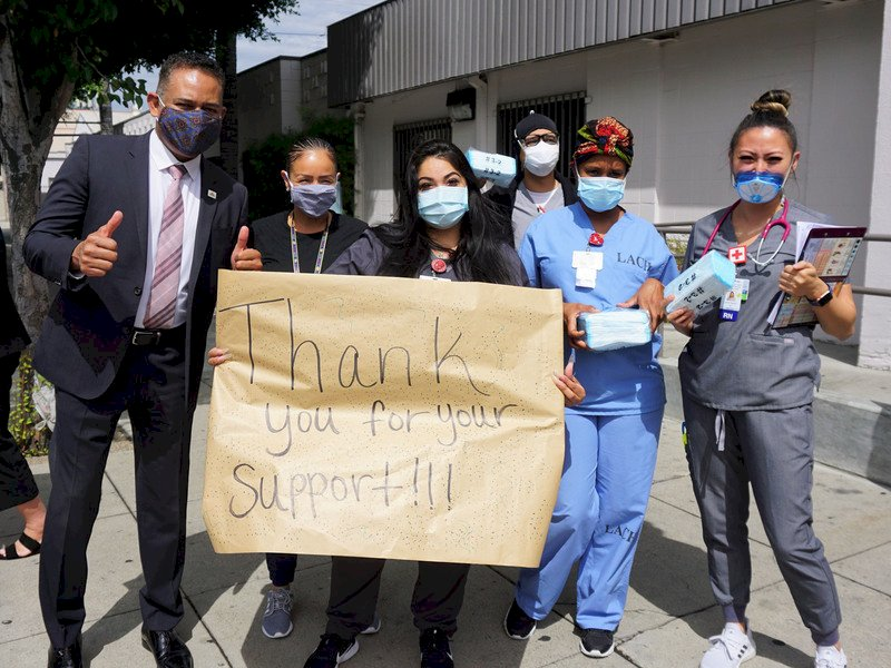 台灣口罩助洛杉磯弱勢社區 醫護手寫海報致謝