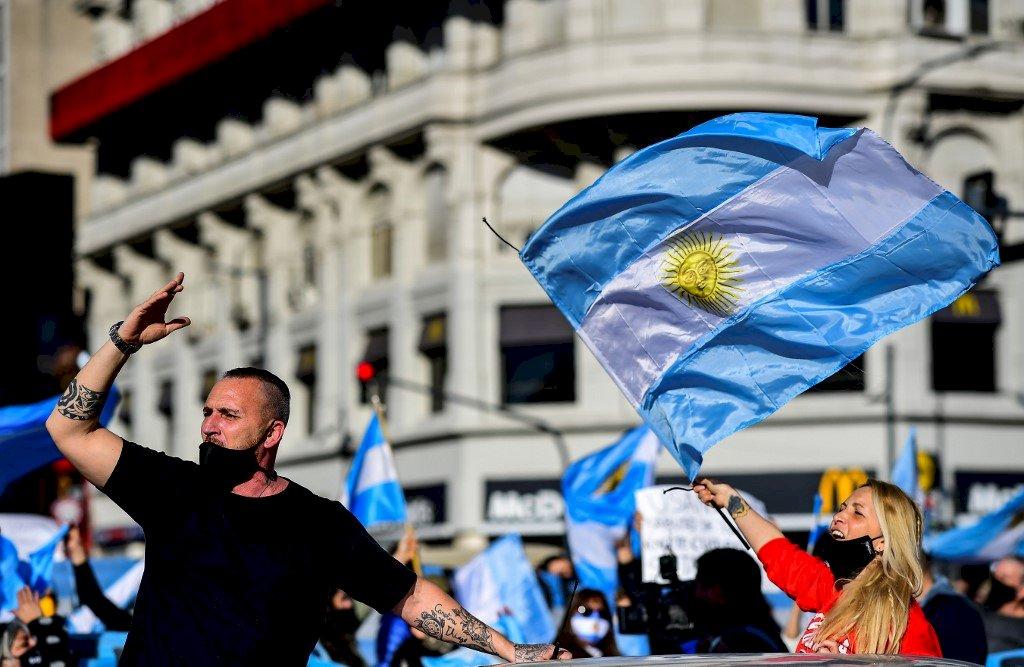 不滿總統及病毒限制措施 阿根廷各地舉行抗議