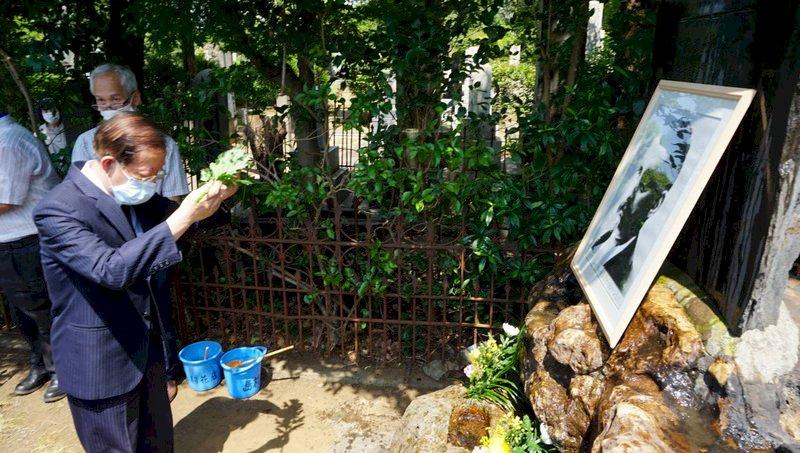 紀念台灣自來水之父巴爾頓 謝長廷墳前獻花