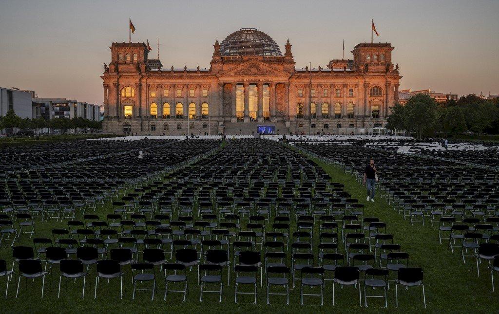 為難民發聲 德國會外1萬3千把空椅沈默抗議
