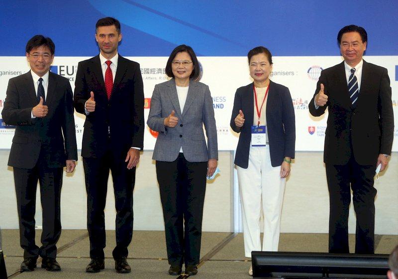 投資歐盟論壇22日在台北國際會議中心舉行,總統蔡英文(中)出席致詞後,與外交部長吳釗燮(右)、經濟部長王美花(右2)及歐洲經貿辦事處處長高哲夫(Filip Grzegorzewski)(左2)、工研院院長劉文雄(左)合影。