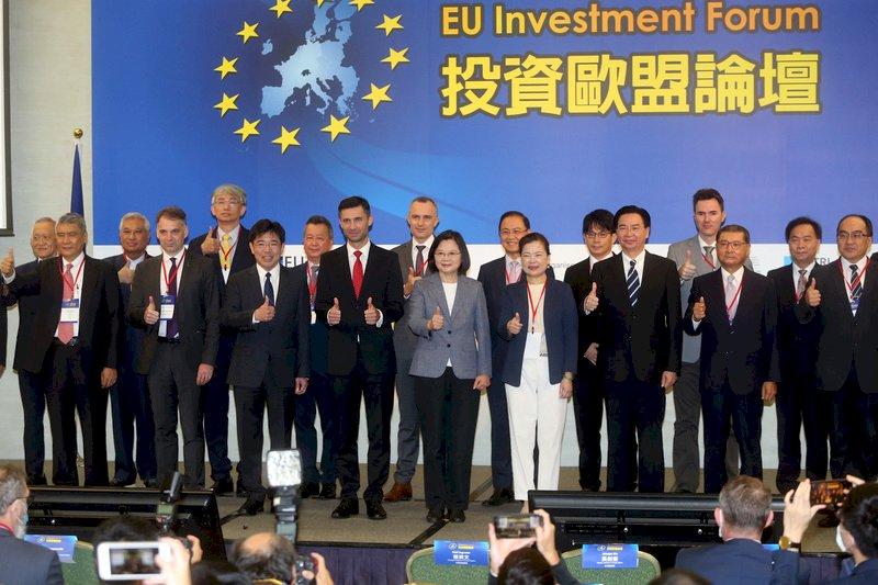 投資歐盟論壇22日在台北國際會議中心舉行,總統蔡英文(前右5)出席,並與外交部長吳釗燮(前右3)、經濟部長王美花(前右4)及歐洲經貿辦事處處長高哲夫(Filip Grzegorzewski)(前左4)等與會貴賓合影。