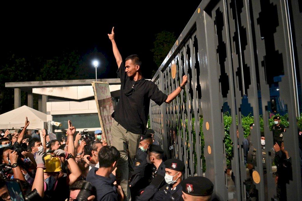 泰國國會辯論修憲 上千民眾聚集高舉反獨裁手勢