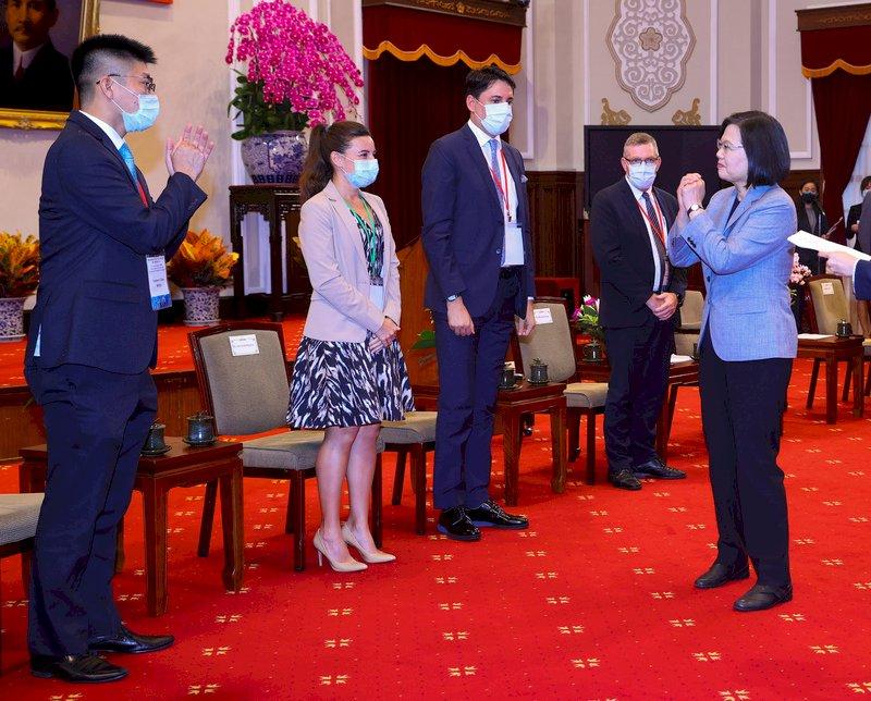 就業金卡持卡破千 蔡總統:台灣產業將更有全球視野