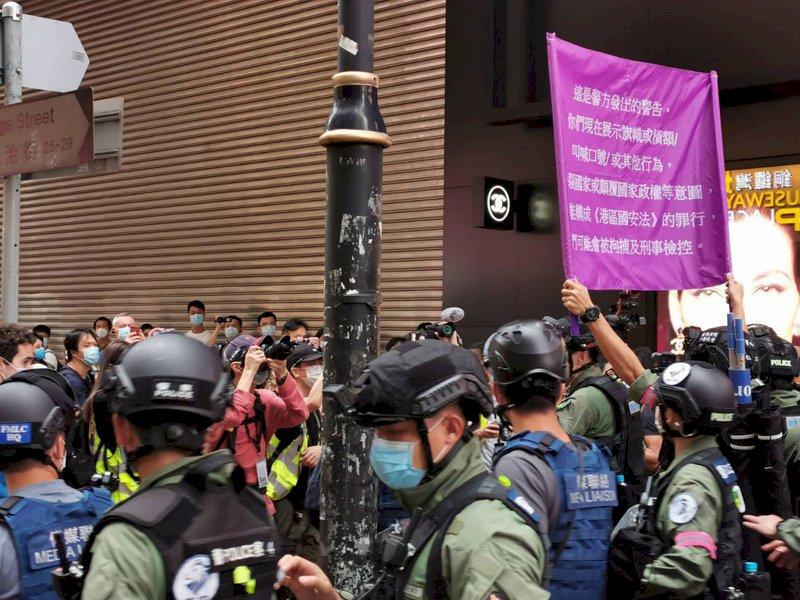 港人十一示威高喊口號 警方舉旗警告違國安法