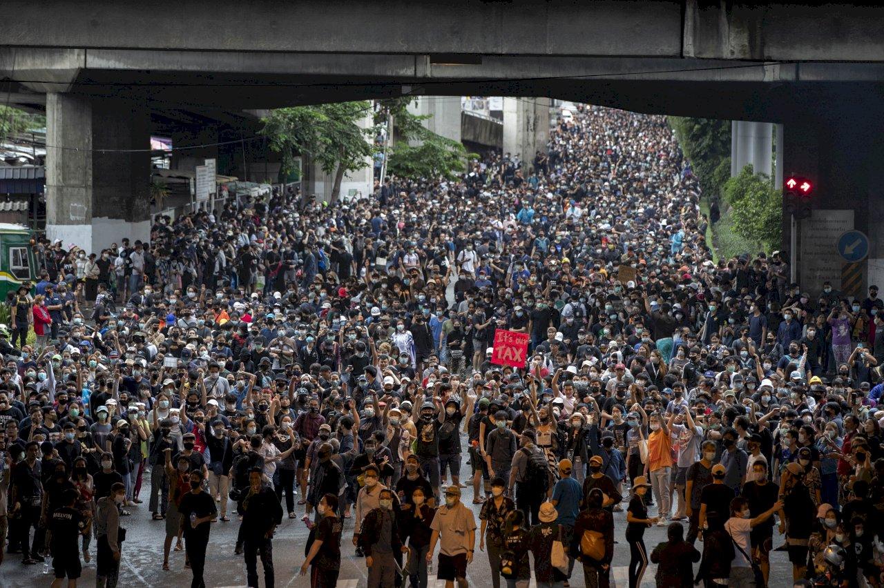爆發警民衝突後 泰國民主運動曼谷多地持續抗議