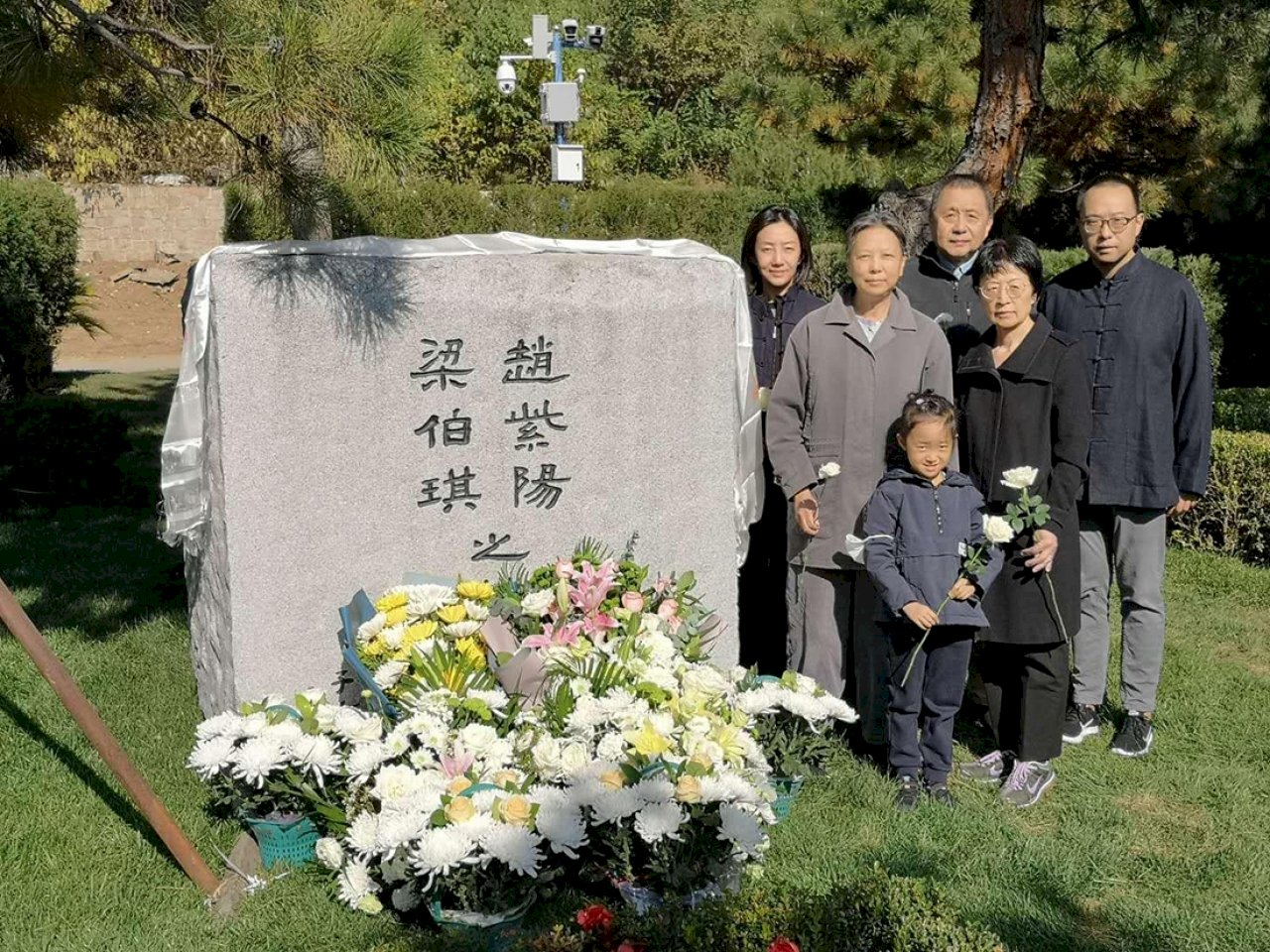 趙紫陽骨灰下葬1周年家屬前往拜祭 現場可見多個監控鏡頭