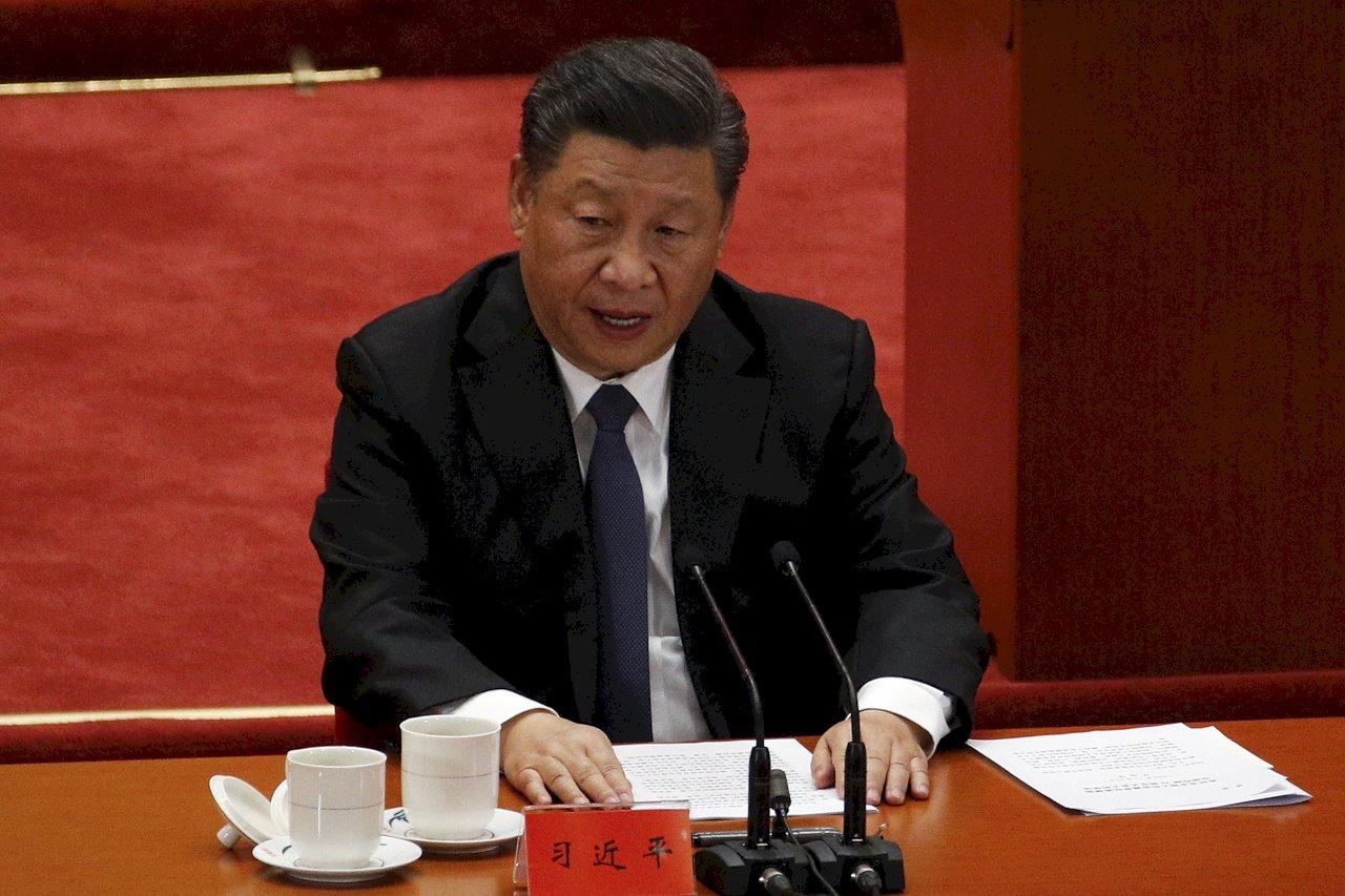 中國官媒歌頌習近平演說特別「剛」、外媒披露離場「步履蹣跚」