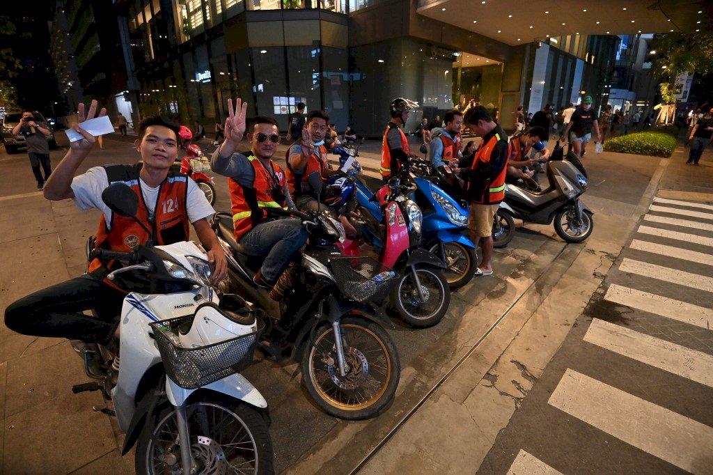 泰國反政府示威 計程摩托車加入援助行動