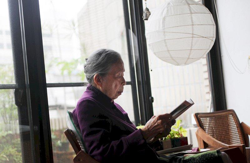 國家文藝獎建築類得主王秋華一向注重建築的公共性,這也反映在她的設計。1985年她將美國設計概念帶入台灣,把中原大學圖書館設計成沒有書庫、讓讀者自行選書的開放式圖書館,成為台灣第一座現代圖書館,當時許多新建的圖書館都以她的設計作為參考基準。