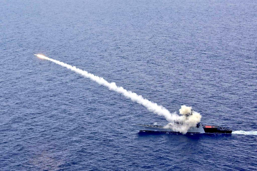 嚇阻中國 印度海軍巡邏艦試射反艦飛彈