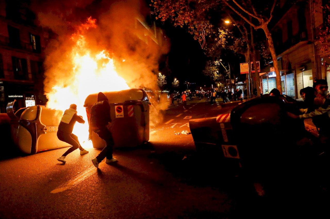 不滿政府為阻疫情實施封鎖 巴塞隆納民眾抗議與警爆衝突