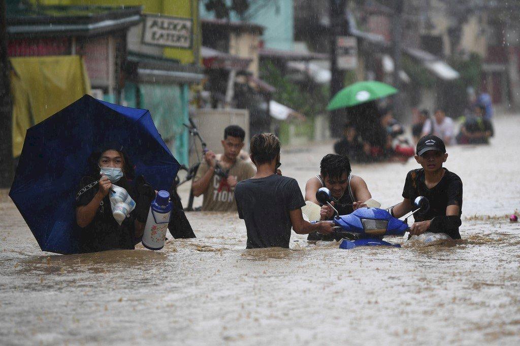 梵高颱風癱瘓馬尼拉 災民躲屋頂避水淹