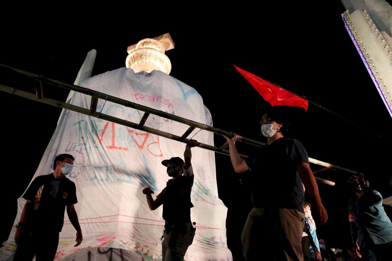 泰國抗議浪潮持續延燒 學生團體以白布包覆民主紀念碑