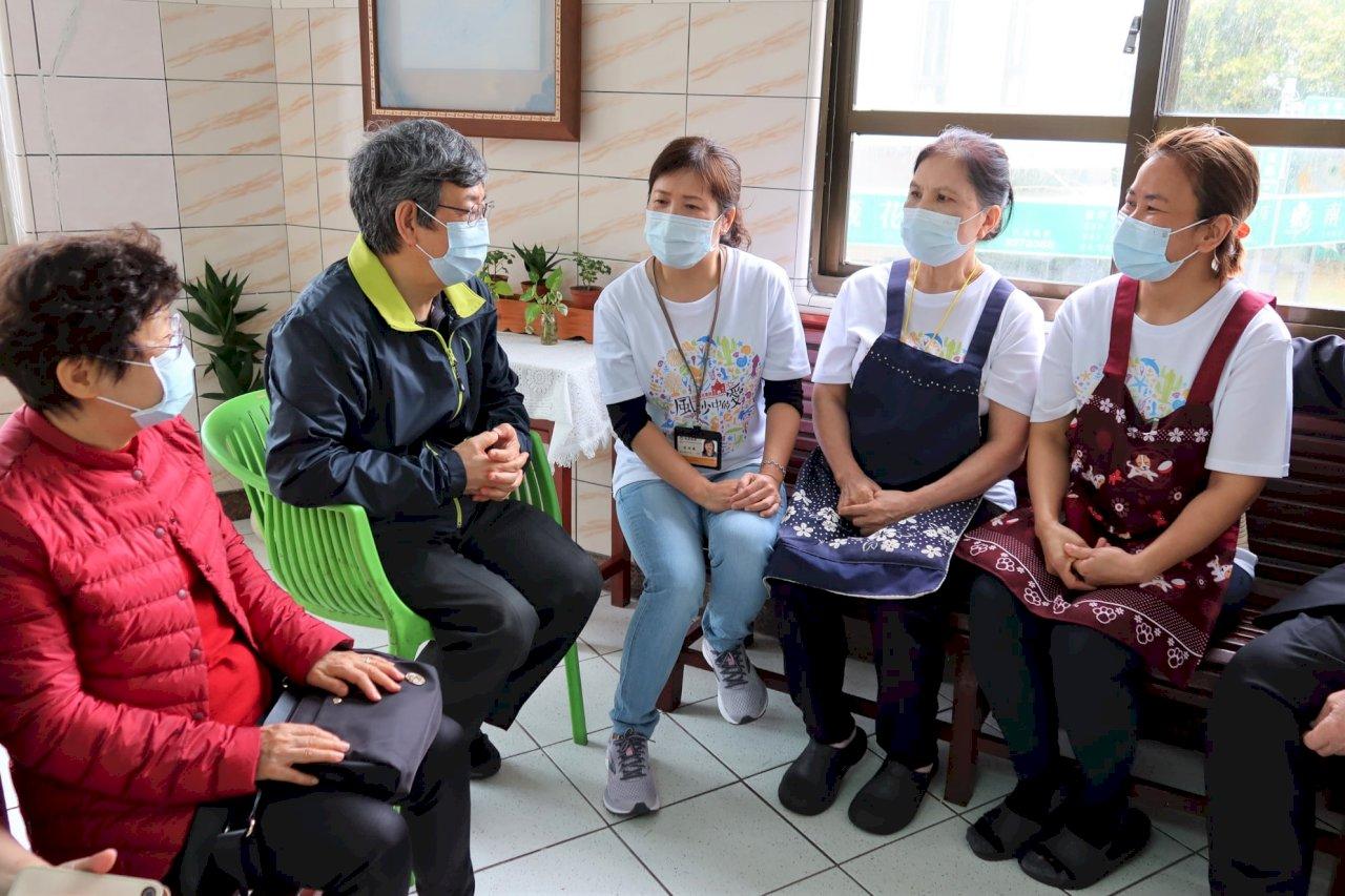 陳建仁澎湖訪長者 遇見印尼移工表感謝:你和外籍神父一樣偉大 都在照顧台灣人
