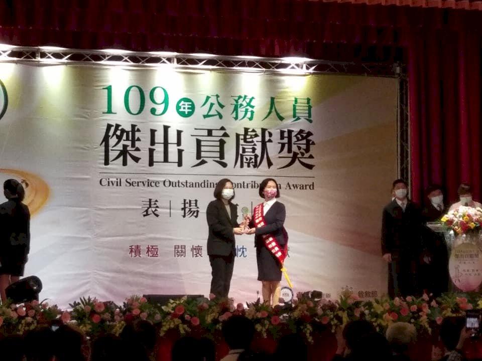 疾管署防疫團隊、經部口罩團隊獲傑出貢獻獎 蔡總統肯定付出