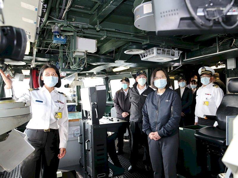 肯定捍衛藍色國土 總統:打造精良艦艇做海軍後盾