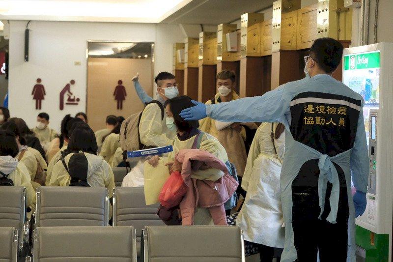英國航班抵達桃機 首批通關旅客檢查1人發燒送醫