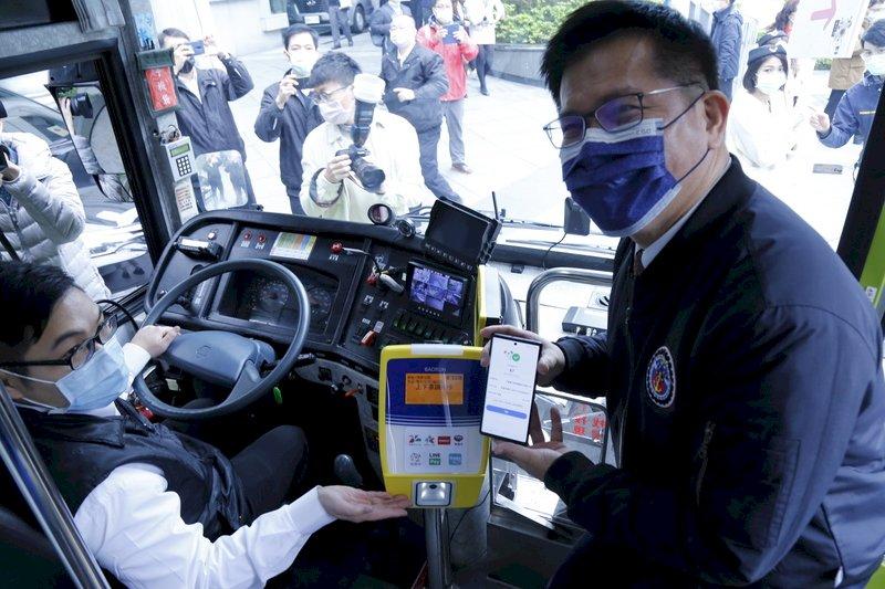 一機在手、全國通用 交部啟動「行動支付搭公車」新里程 (影音)