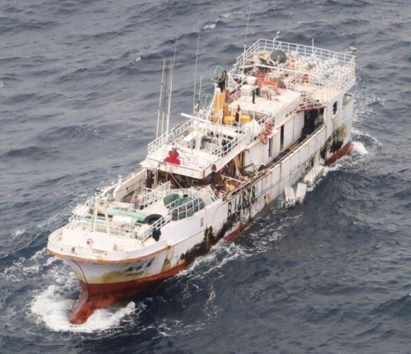 友船抵達永裕興18號漁船 呼喊無人回應