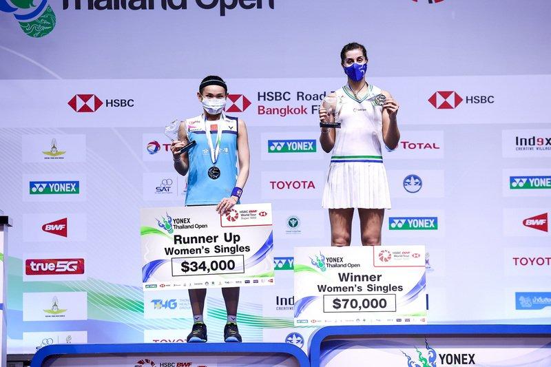 世界球后戴資穎17日在泰國羽球公開賽女單決賽,苦戰2局後輸給西班牙好手馬琳,只拿下亞軍。圖為戴資穎(左)和馬琳站上頒獎台。(泰國羽球協會提供) (圖:中央社)