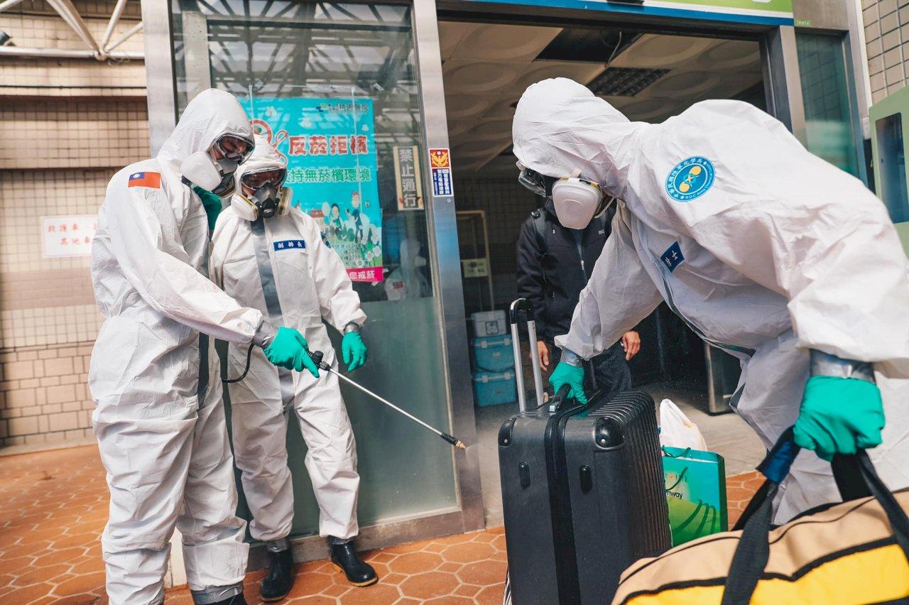 化學兵再度挺進桃園醫院 消毒病患手部物品車輛