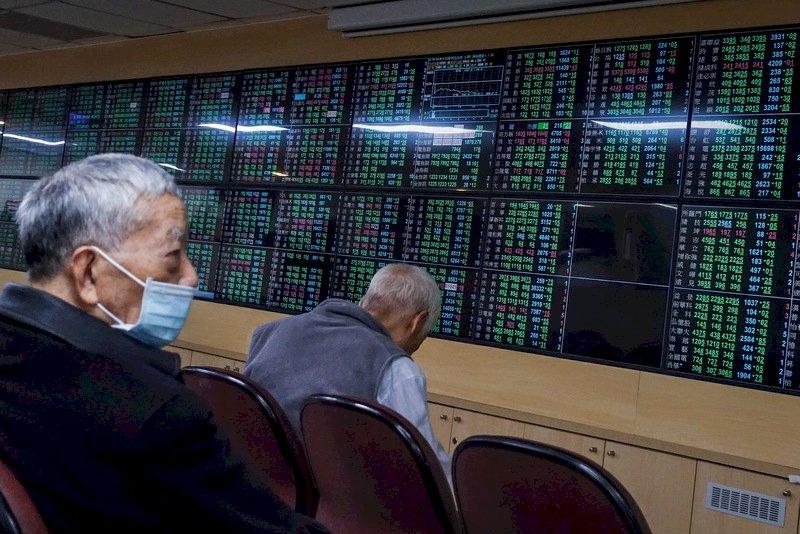台股一度重挫逾400點 失守17000點關卡
