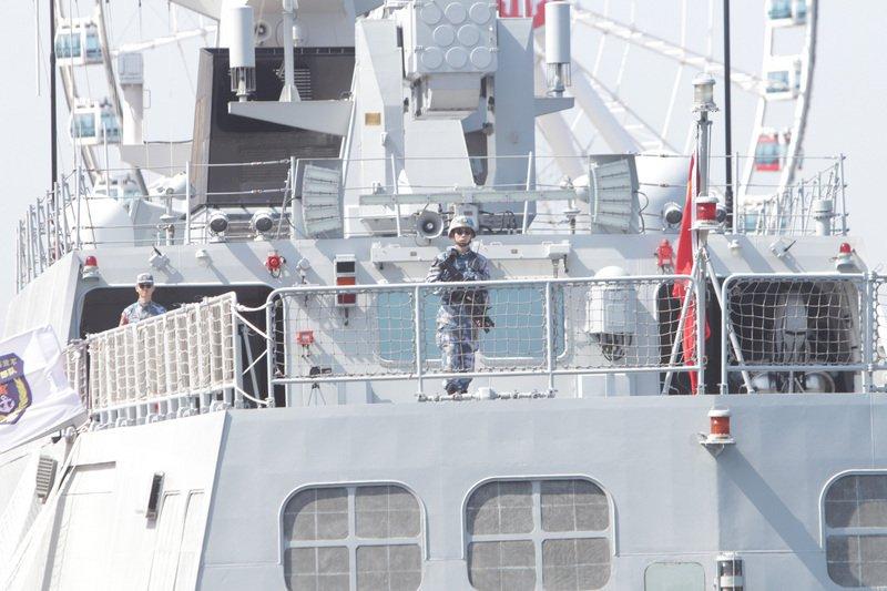 解放軍軍艦開始在香港維港水域停泊