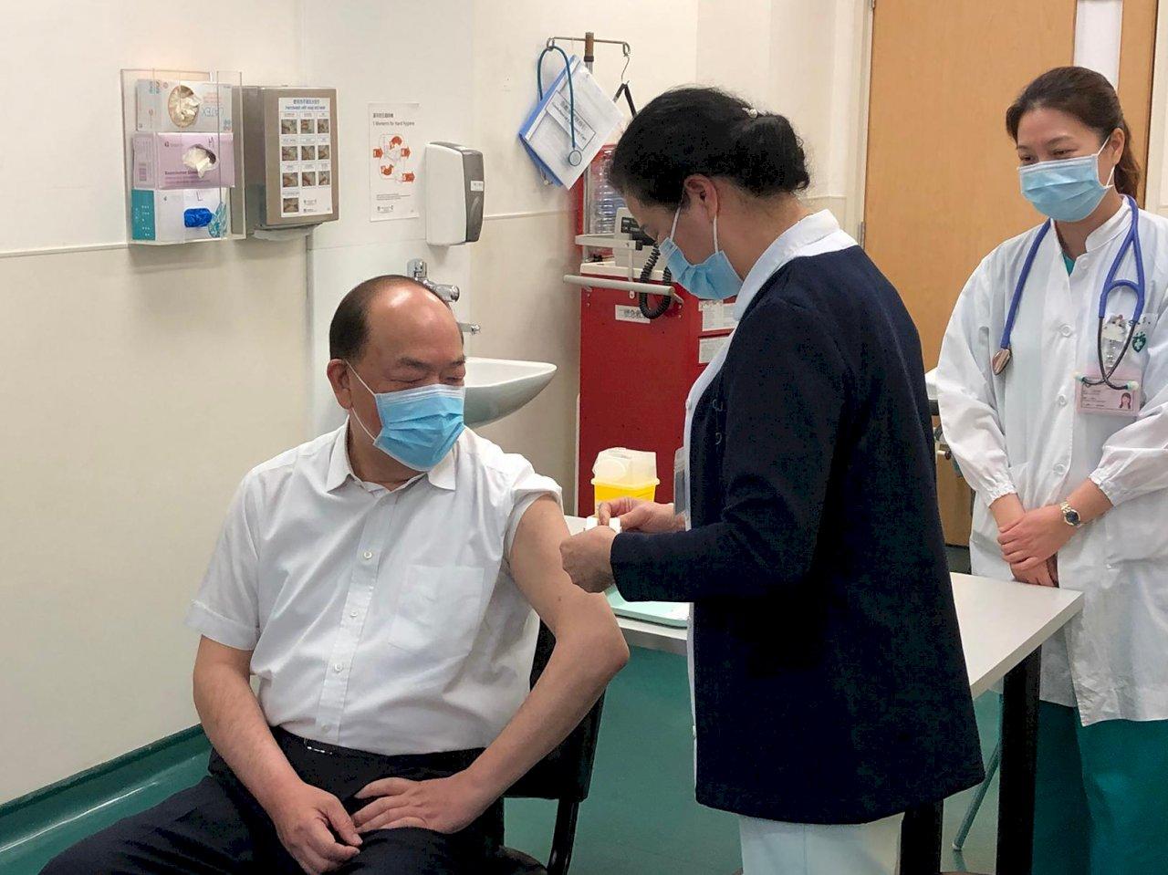 澳門開始施打疫苗 特首賀一誠接種第一劑
