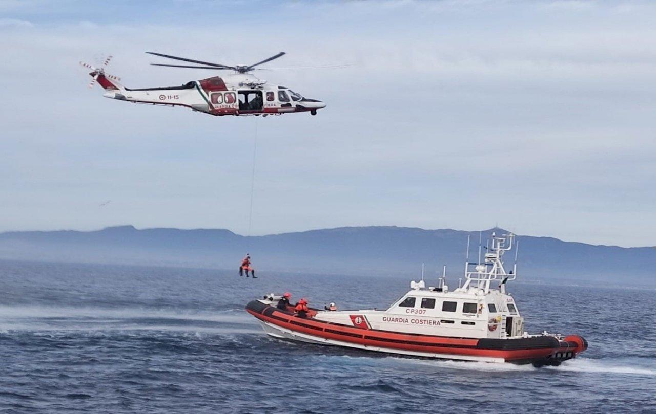 難民船隻翻覆 義大利救起45人