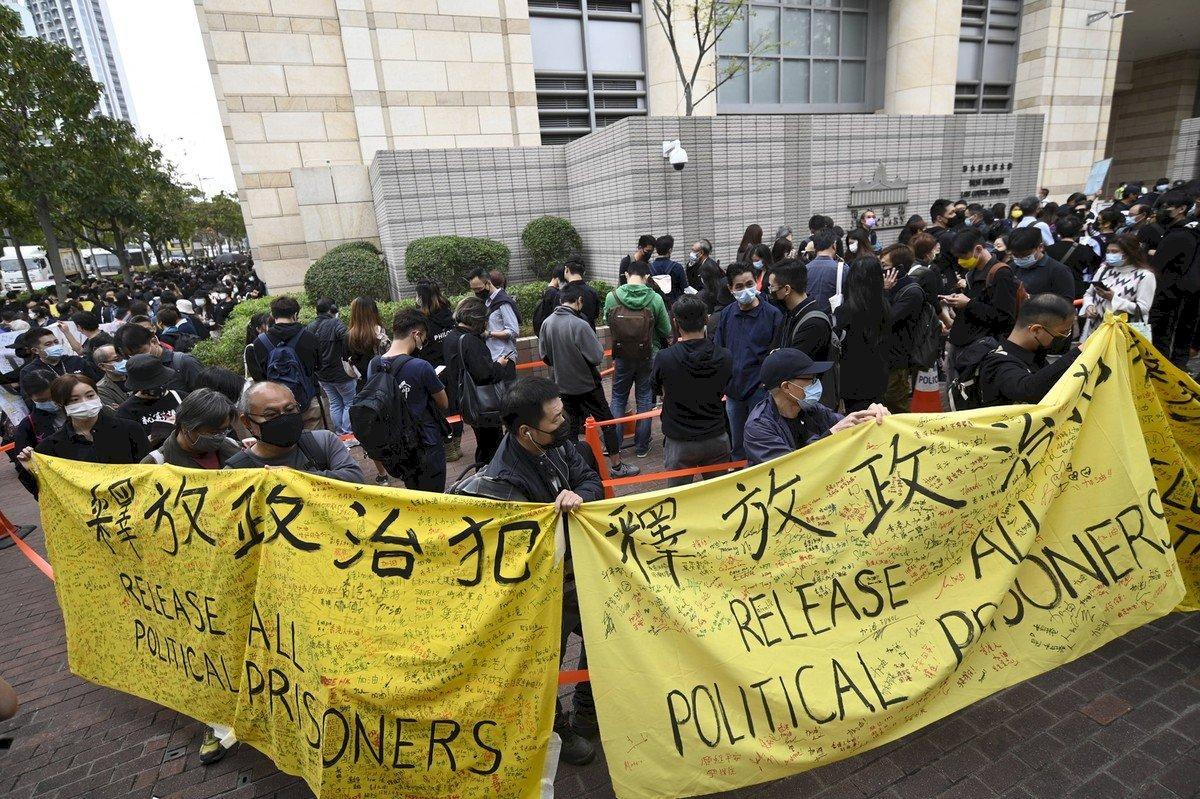 反濫捕!大批港民法院外高喊「時代革命」口號聲援47泛民人士