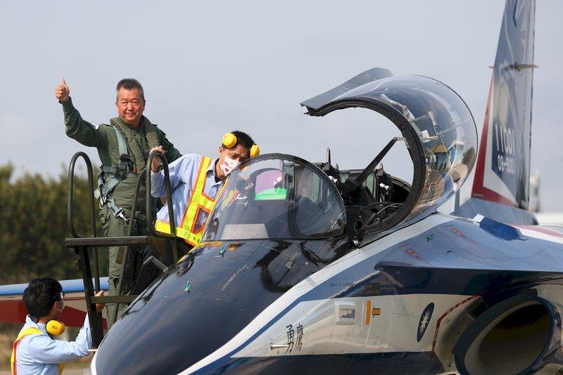 2架勇鷹原型機首度同場亮相  漢翔董事長共乘試飛