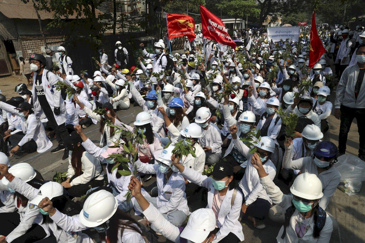 參加反政變示威活動 緬甸逾萬名大學教職員遭停職