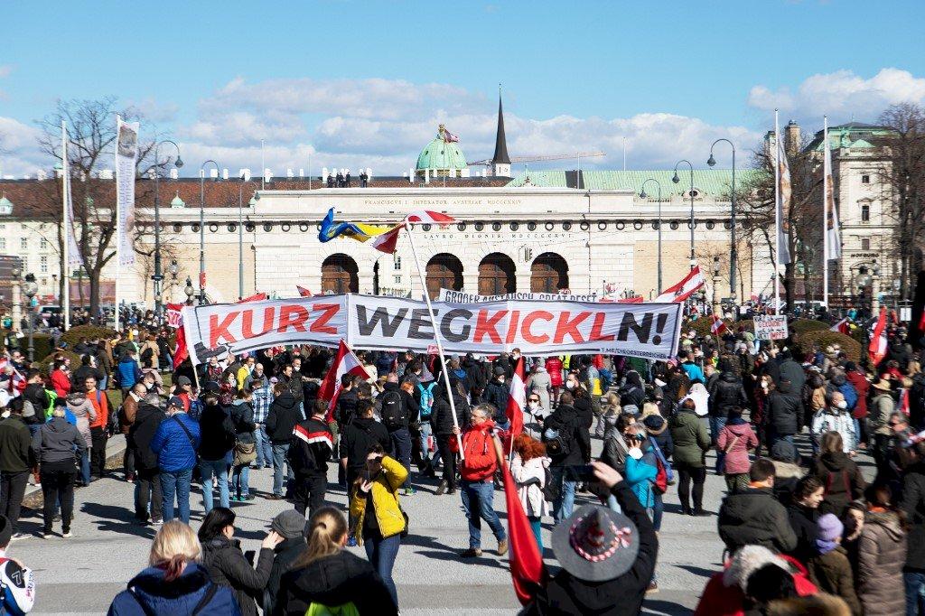 不耐防疫封鎖影響生計  維也納街頭千人抗議