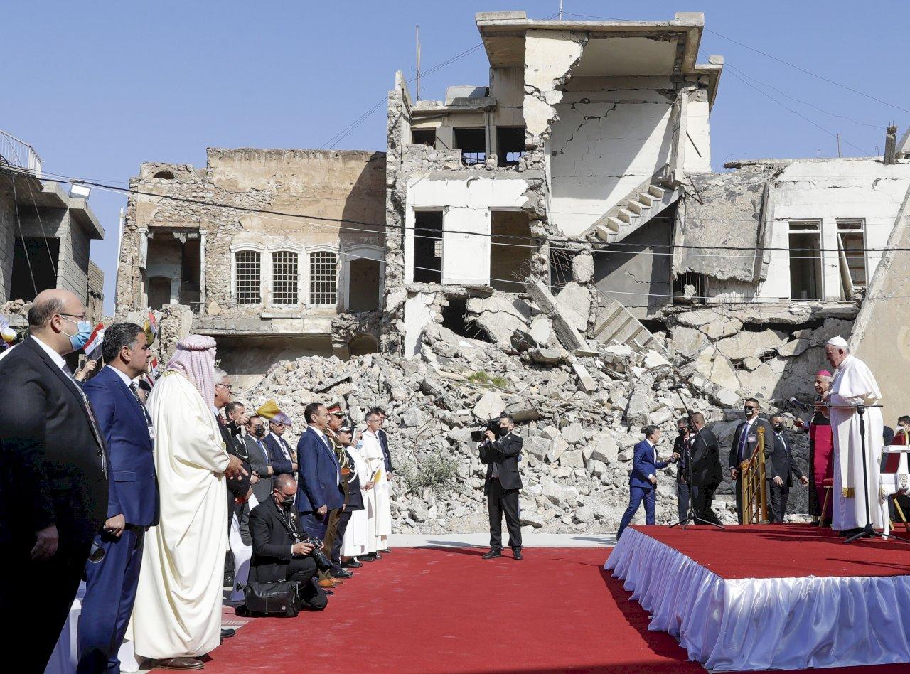 教宗抵遭IS摧毀伊拉克古城 為戰爭受難者禱告