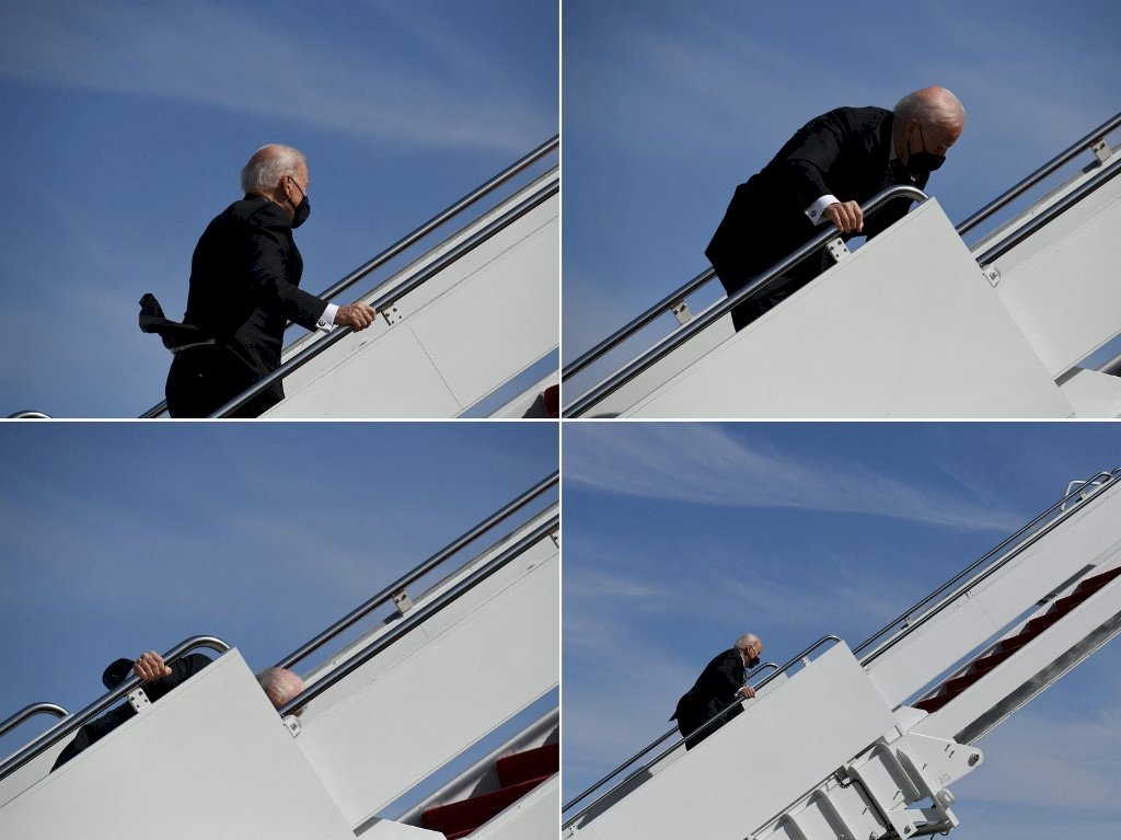 拜登搭空軍一號爬樓梯絆倒 白宮:總統狀況100%良好