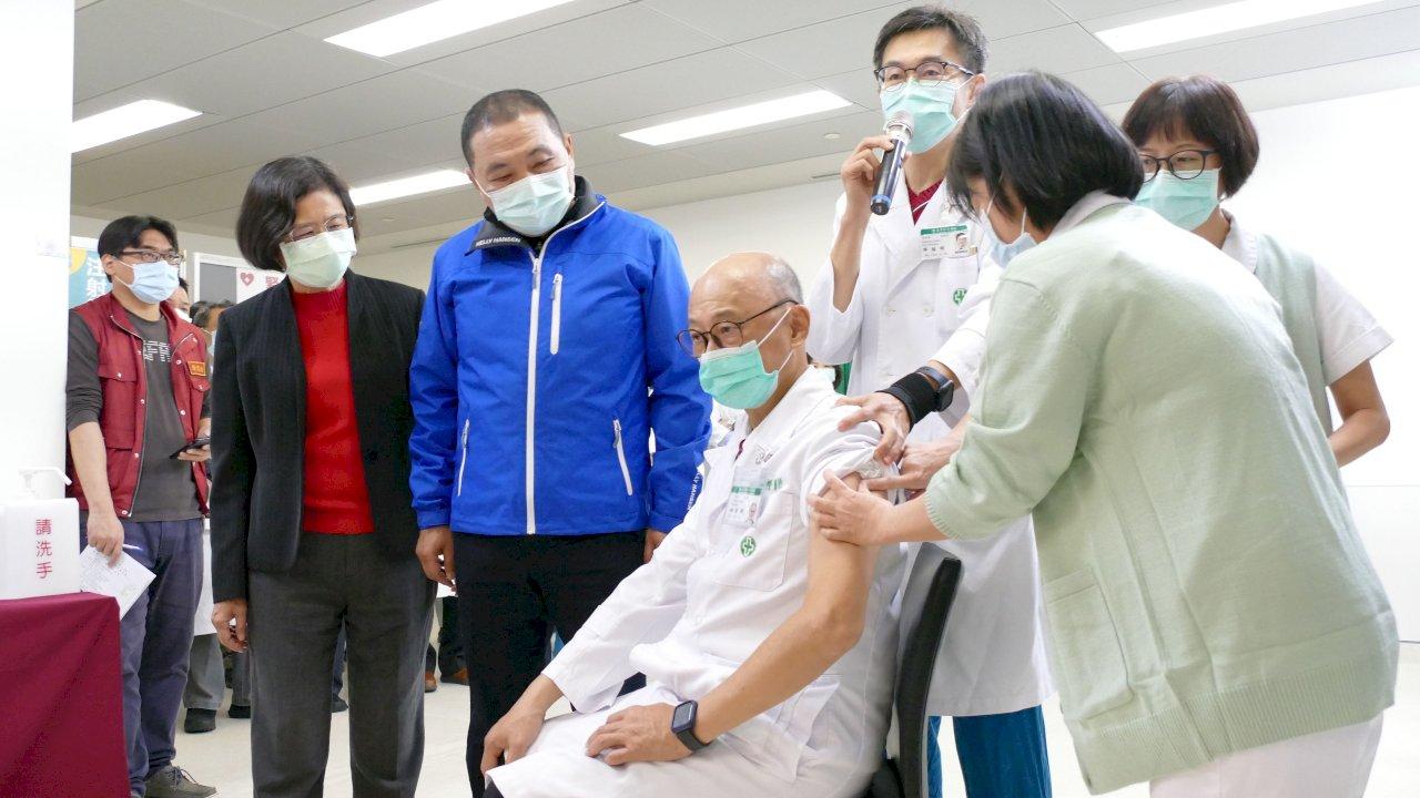 新北4929名醫護登記AZ疫苗 侯友宜:盼醫護踴躍施打(影音)