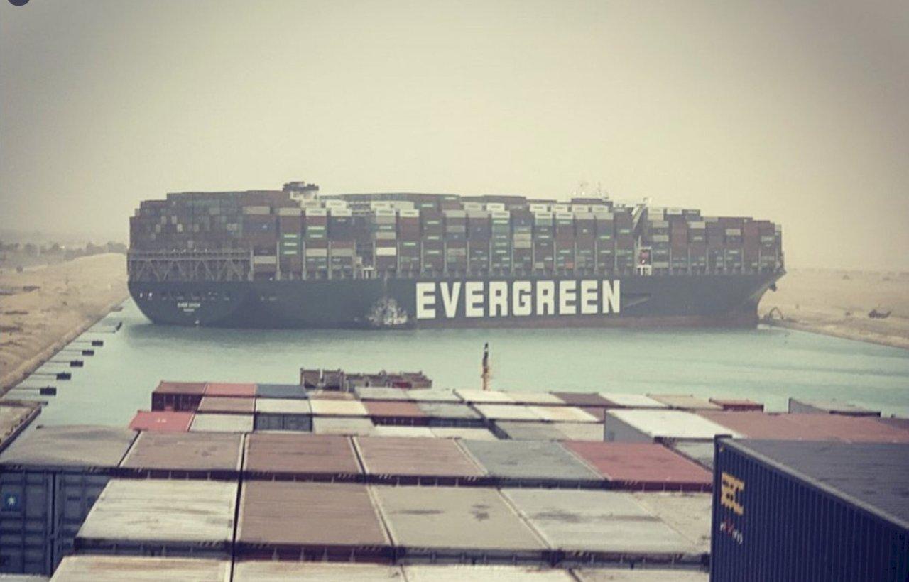 尷尬!長榮海運大型貨輪卡在蘇伊士運河動彈不得 塞船恐衝擊全球物流