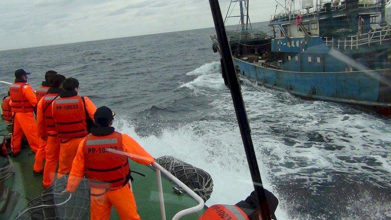 陸船彭佳嶼越界捕撈逃逸  海巡強勢登檢 押回13人