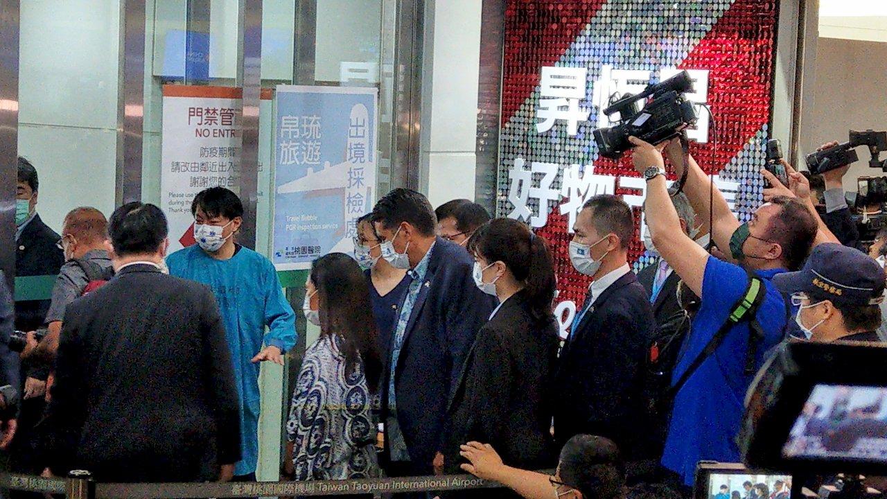 帛琉總統惠恕仁今返回帛琉 比照團客一早抵桃機採檢