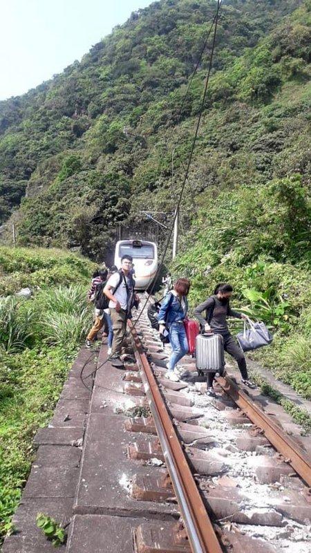 太魯閣號出軌/ 台鐵:事故列車旅客分由鐵公路接駁