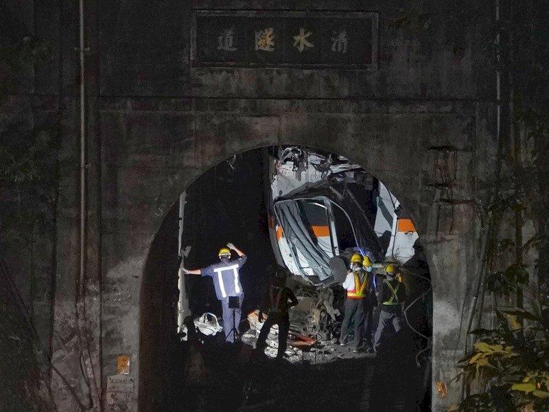 太魯閣號出軌/罹難者修正為50人 1至4節車廂已拖離