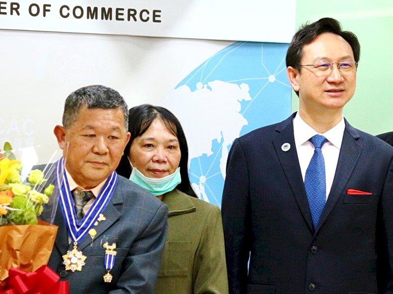 僑委會贈榮譽章 馬拉威台商施鴻森:為台灣人做些事