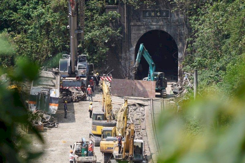太魯閣號出軌/新增5傷 第6車拖出隧道、第7車完成蒐證